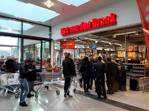 Gouda Goverwelle - Winkelcentrum - Grote drukte bij opening Dirk
